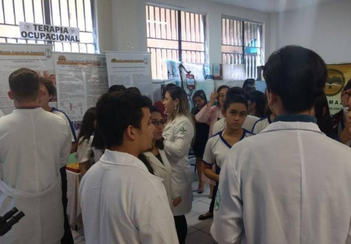 Acadêmicos do Curso de Biomedicina participam da Feira Vocacional do Colégio Santa Catarina