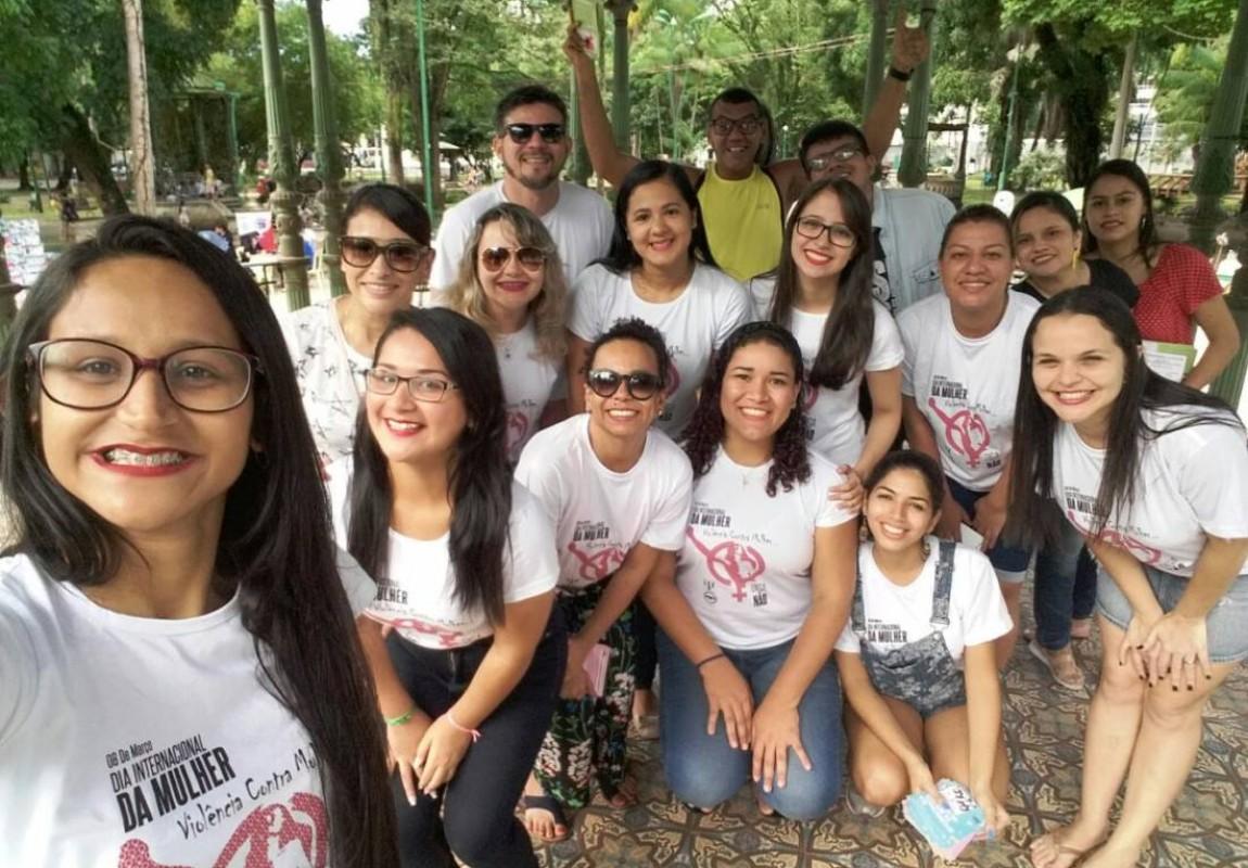 Alunos de Psicologia comemoram Dia Internacional da Mulher na praça em Belem