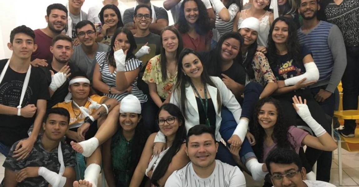 Acadêmicos de Fisioterapia participam de aula de bandagem e tala gessada na Esamaz