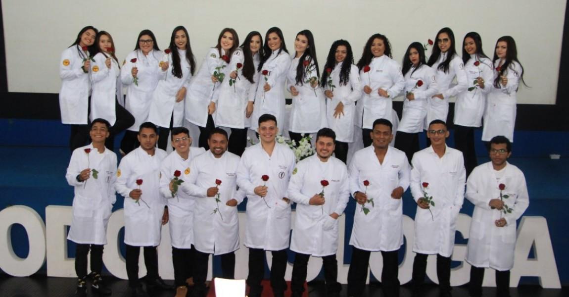 Acadêmicos de Odontologia participam da Cerimônia do Jaleco na Esamaz