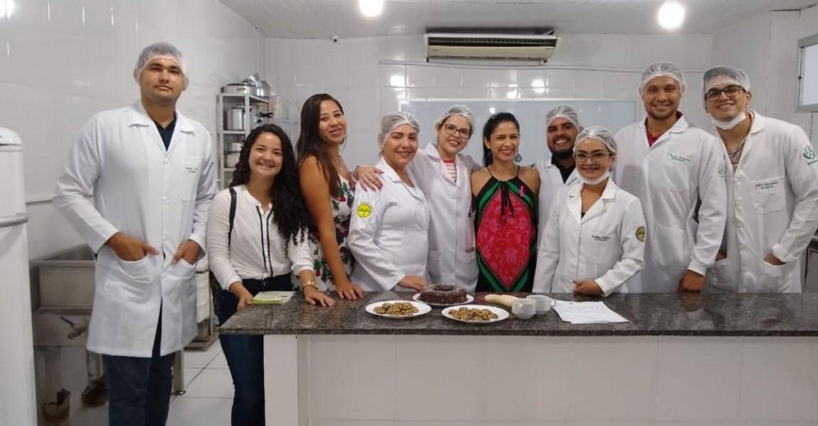 Acadêmicos do curso de Nutrição prepararam algumas delícias para os participantes I Feira de Profissões da Esamaz