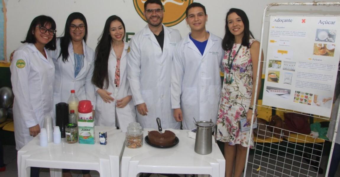 Alunos de Nutrição apresentam trabalhos científicos sobre adoçantes na Esamaz