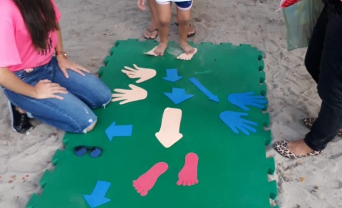Alunos e professores de Fisioterapia orientam pais das crianças que brincam na Praça do Horto, em Belém