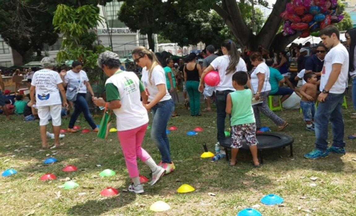 Alunos de Fisioterapia atendem idosos na Praça da República, em Belém