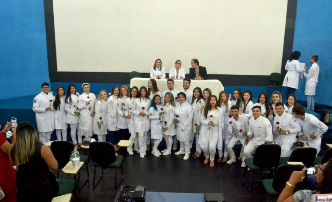 Calouros de Odontologia 2020-1 participam da Cerimônia do Jaleco na Esamaz