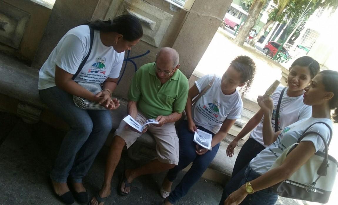 Alunos de Fisioterapia orientam idosos na Praça Batista Campos