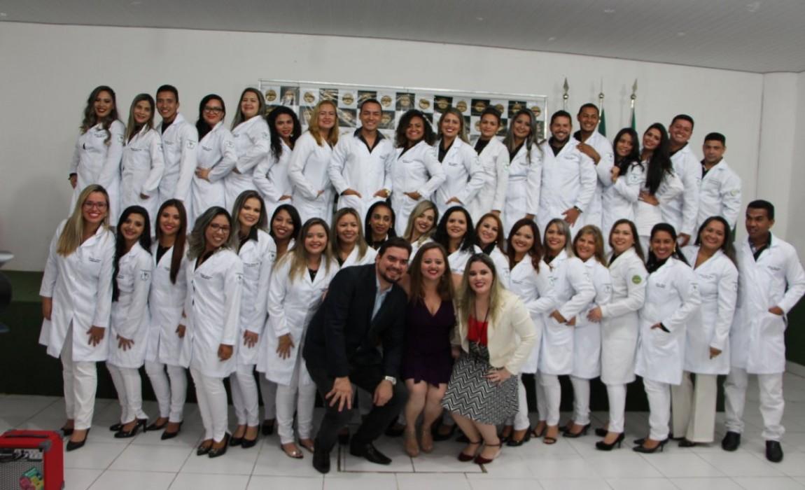 Esamaz realiza primeira cerimônia do jaleco para concluintes do Curso de Farmácia