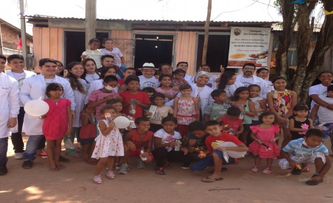Alunos de Odontologia atendem crianças no bairro do Marex, em Belém